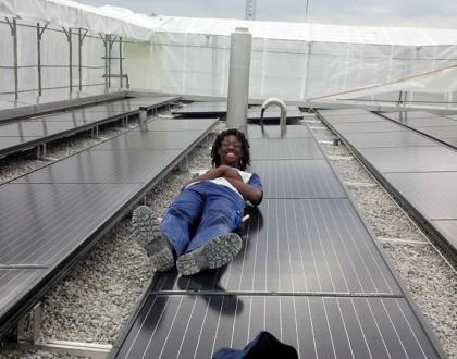 Studente afroitaliano diventa imprenditore in Tanzania grazie ai pannelli solari.
