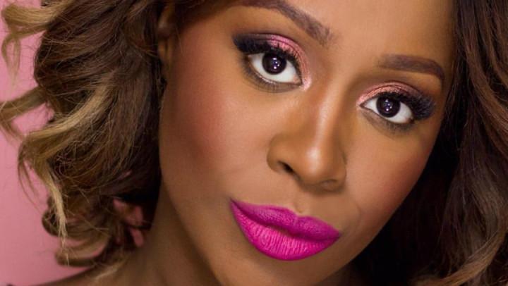 Labbra tinte di rosa contro il cancro al seno.